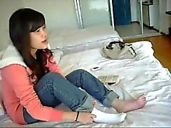 jugando con los pies chino de la muchacha