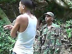 Hahn lieb Militär Jungen Schläge ein Junge