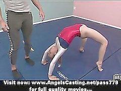 Entzückendes blonde Teen Cheerleaderin Training mit ihrer Lehrerin