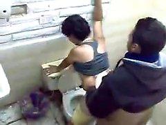 Asiatiska par Hittade Vegetabiliska körd i Toalett