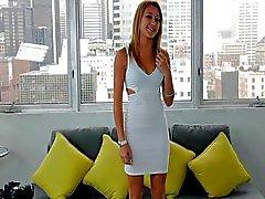 Литья диване -X блондинку гимнаст попадает гибкий