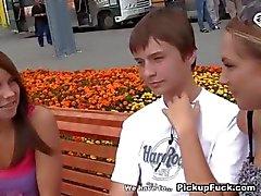 Zwei reizvollen Mädchen in der heißen Outdoor-Fick