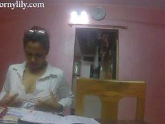 nuttig indische Sekretärin bekommt im Büro geil