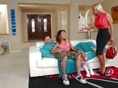 Alinas Li instämmer sin människan med hett mamma Nikki Benz
