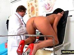 Brunette médecin béante avec éjac
