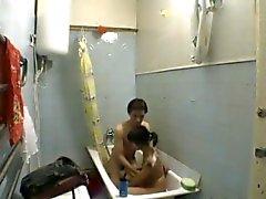 Jugendliche im Badezimmer