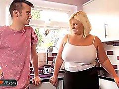 AgedLove Blonde mulher breasted grande é chupar galo