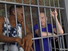 Tatuerade vita grabben rides svarta kuk inom fängelse