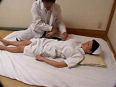 Une infirmière japonaise frappante séduit un médecin pour lui plaire