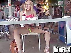 Mofos - Titty мигает заставляет бар в весело
