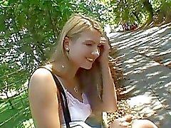 Милашка показав ее сексуальный прикладом на открытом воздухе