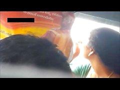 Indian Desi женой показана глубокая Saree расщеплени в индийском поездом прекрасной кожа туго