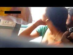 Indian Desi Frau zeigt tiefe saree Spaltung in der indischen Zug Schöne enge Haut