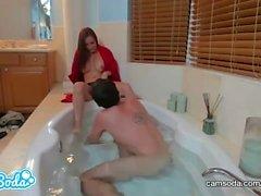 milf och tonåring i badkaret