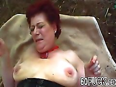 Redhead Oma gefickt hart in Outdoor-Action