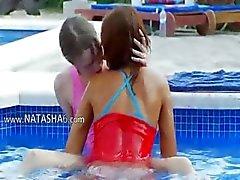 subtiele zwembad masturbatie van vrienden