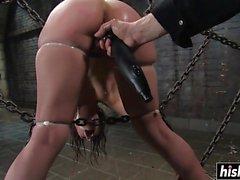 Amber Rayne genießt einige BDSM Vergnügen