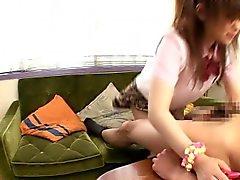 Asiatische Schülerin Doggystyle auf der Couch gepflügt