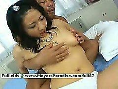 A Megumi di Haruka innocenti pulcino di cinese ottiene figa dita e di baciare
