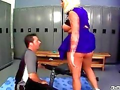 Busty ruskettunut blondi cheerleader yhtenäinen saa hänen iso perse nuolaisi