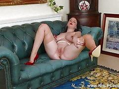 Große Titten Babe abblättert weiß Retro-Dessous wanks in Nylons