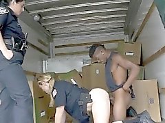 Dois Uniformed White Hot Cops Sucking Preto Dink Juntos