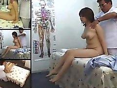 Sexy Asian Brünette mit kleinen Titten bekommt ein Happy End in ein