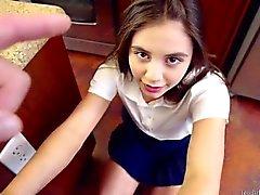 Spinner adolescente Lucy muñeca lleva a su nalgadas como una buena chica
