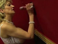 Big tissi Lady Sonia vierailee glory hole