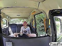 Pembe saç amatör yolcu sahte şoför tarafından korkutuluyor
