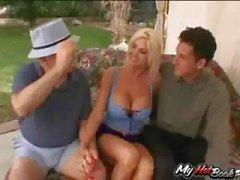 Blonde MILF , Lori Pleasure wordt geneukt door een kerel terwijl twee anderen kijken