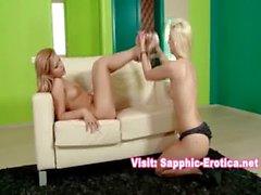 Due bei blondes a una bambina Scene di scopate reali della ragazza