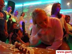 Euro-Amateure lecken Whipcream bei Sexparty