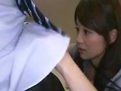 Freches japanisches Mädchen reibt ihren Pfirsich und bläst einen Schwanz in th