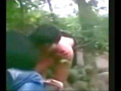 Indonesia Jilbab Hijab Chica follada por BF en una selva