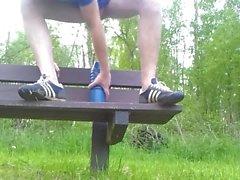 Consolador anal del brutal en el banco del parque