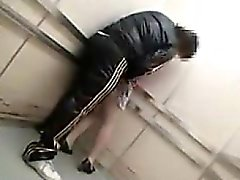 Dold kamera i en hiss fångar en duden fondling sin och g