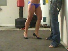 Bikini vientre Beatdown - Carly y Heather Divirtiéndose