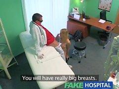 Sıcak seksi sarışın püskürtme FakeHospital Narin anne implantı danışmanlık istediğini