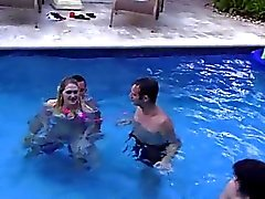 Festa na piscina selvagem e sexy