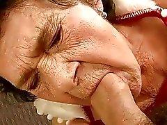 stark alte Oma bekommt ein Knabe gefickt