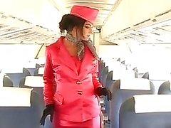 Stewardess opent breed alle gaten voor twee grote lullen