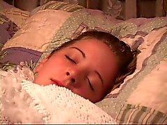 Slapen babe krijgt haar mond afgeplakt en handen gebonden