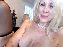 Rubia con bonitas tetas chorros en la webcam