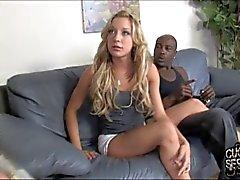 Cuckold isst schwarzes Spermaspiele auf Hintern seiner Gattin