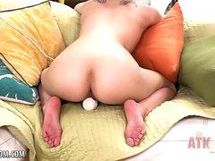 Petite Brunette käyttää taikasauvaa klitorikkonsa