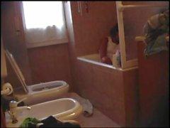 Франческа Мэджио мастурбирует на ванной