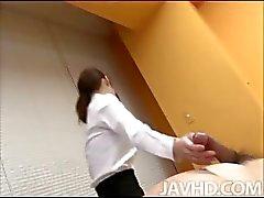 Schattig en parmantig Nao Kojima verzorgt haar patiënt door het masseren van zijn lichaam