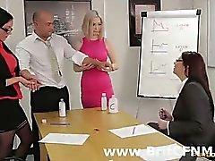Mec Bureautique dénudé par CFNM femmes britanniques