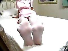 Медсестры в форме и колготках Giving ФутФетиш на кровать в больнице